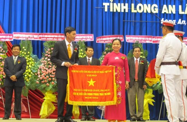Bà Trần Thị Hà – Thứ trưởng Bộ Nội vụ, Phó Chủ tịch thường trực Hội đồng thi đua khen thưởng Trung ương tặng cờ thi đua cho các đơn vị xuất sắc