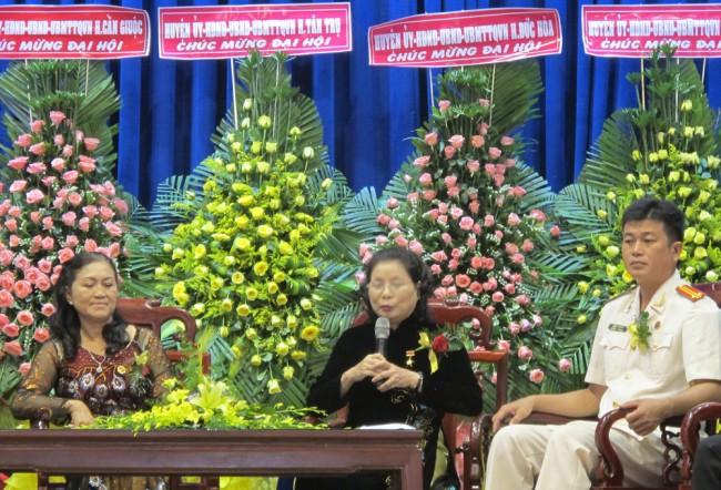 Bà Nguyễn Thị Phương Quang- Anh hùng lao động - Giám đốc Công ty CP May xuất khẩu Long An giao lưu tại Đại hội