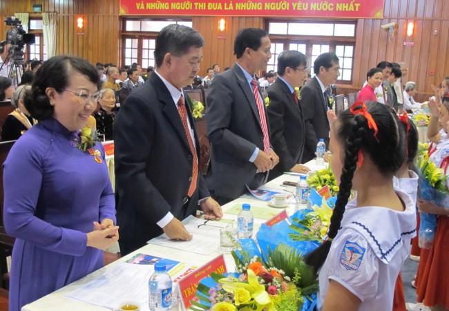 Thiếu nhi tặng hoa chúc mừng các đại biểu dự Đại hội Thi đua yêu nước tỉnh Long An lần thứ IV - năm 2015