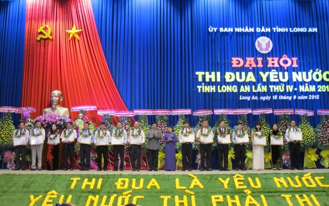 Phó chủ tịch UBND tỉnh Nguyễn Thanh Nguyên và Trần Thị Nhanh trao bằng khen của UBND tỉnh cho các tập thể và cá nhân xuất sắc trong phong trào thi đua yêu nước