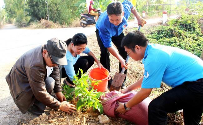 Phát huy vai trò xung kích, tình nguyện của tuổi trẻ, sau Lễ khởi động Tháng Thanh niên 2019, đoàn viên, thanh niên tham gia trồng cây xanh, vệ sinh môi trường, tạo cảnh quan xanh, sạch, đẹp, góp phần chung tay xây dựng xã nông thôn mới, đô thị văn minh