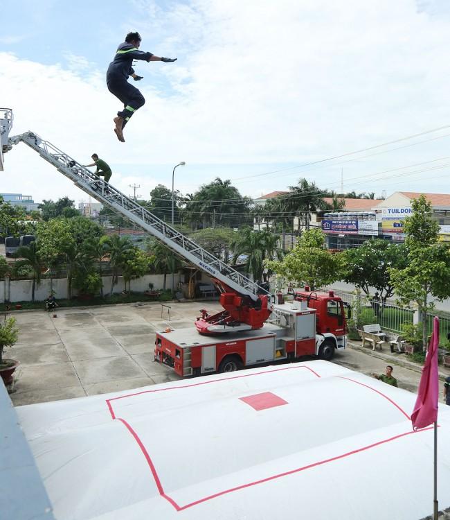 Sử dụng phao cứu nạn trong chữa cháy