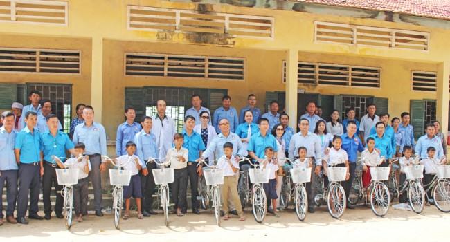 Tặng 10 xe đạp cho học sinh nghèo huyện KampongRo