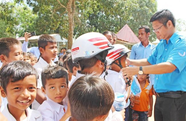 Chủ tịch Hội Liên hiệp Thanh niên Việt Nam tỉnh - Võ Trần Tuấn Thanh tặng nón bảo hiểm cho hộ nghèo