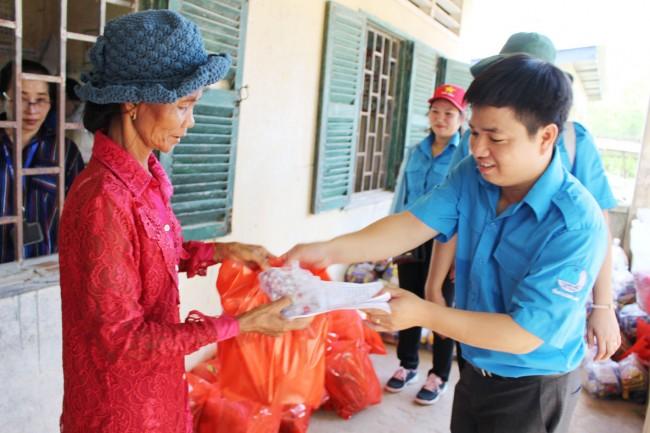 Đoàn viên, thanh niên tặng quà cho hộ nghèo tỉnh Svay Rieng
