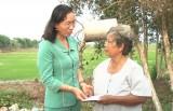 Lãnh đạo huyện Tân Thạnh: Thăm và trao tiền hỗ trợ cho gia đình bị cháy nhà