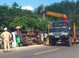 Kon Tum: Lật xe chở gạo, tài xế và phụ xe nguy kịch