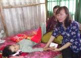 Thăm, tặng quà gia đình có hoàn cảnh bệnh hiểm nghèo