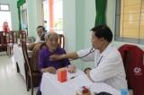 Khám bệnh, tặng quà gia đình chính sách và học sinh nghèo