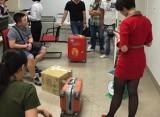 2 nhân viên bốc xếp móc trộm điện thoại của hành khách đi máy bay