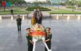 Dâng hoa tại Đài tưởng niệm Quân tình nguyện Việt Nam ở Campuchia
