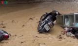 Lũ ống bất ngờ ở Điện Biên cuốn xe máy trôi đầy đường