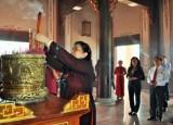 Phó Chủ tịch Quốc hội - Tòng Thị Phóng: Dâng hương tại Khu lưu niệm Luật sư Nguyễn Hữu Thọ