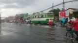 Thành phố Tân An: Sau mưa to, một số đoạn đường biến thành ao