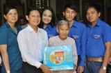 Đoàn Nghệ thuật Cải lương Long An: Thăm, tặng quà Mẹ VNAH tại xã Mỹ An