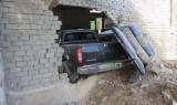 """Hiện trường xe bán tải đâm sập tường """"chui"""" gọn vào nhà dân"""