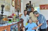 Chủ tịch Hội Khuyến học tỉnh Long An thăm Mẹ Việt Nam Anh hùng Nguyễn Thị Vĩnh