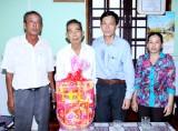 Lãnh đạo huyện Cần Đước: Thăm, tặng quà cán bộ lão thành cách mạng