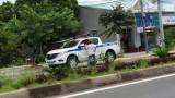 """Cảnh sát giao thông ngồi trên xe, kiểm tra giấy tờ """"siêu tốc"""""""