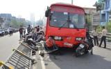 Cận cảnh xe Phương Trang đâm 7 xe máy, 1 trẻ nhỏ văng khỏi cầu Cây Gõ