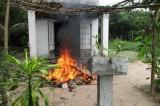 Nghi giận vợ tự đốt nhà, bốn cha con chết cháy