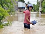 Đồng Nai: Phải bám dây về nhà trong lũ
