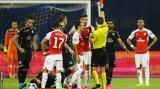 Giroud nhận thẻ đỏ, Arsenal trắng tay ngày ra quân