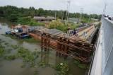 Long An: Đi vào cầu đang tháo dỡ, một cô gái rớt sông mất tích