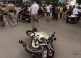 Phanh gấp, người đi xe máy bị cuốn vào gầm xế hộp