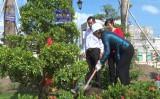 Trồng cây tại khu lưu niệm Luật sư Nguyễn Hữu Thọ