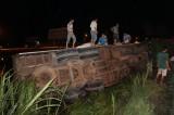Va chạm xe máy, xe tải rớt ruộng