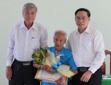 Tặng quà cho người cao tuổi tại Trung tâm Bảo trợ xã hội tỉnh