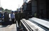 Giải tỏa các hộ lấn chiếm hành lang an toàn ở chợ Chiều và Đức Hòa Đông