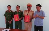 """Kon Tum: """"Thưởng nóng"""" lực lượng truy bắt nhóm cướp xe taxi"""