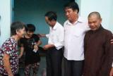 Tặng quà cho gia đình nạn nhân bị nhiễm chất độc da cam/dioxin