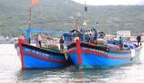 Tàu cá Việt Nam bị đâm tới tấp, ngư dân rớt xuống biển