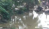 Xác chết nữ trôi lờ đờ trên sông