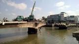 Xe cẩu rớt sông khi đang tháo dỡ cầu Đúc Tân An