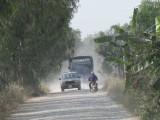 Xe tải né trạm, cày nát đường Phan Văn Tuấn
