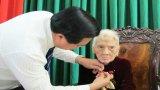 Trao tặng Huy hiệu 80 năm tuổi Đảng cho Anh hùng LLVTND Nguyễn Thị Ba