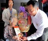 Báo Long An tặng quà Tết cho người nghèo