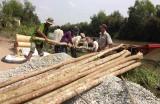 Đức Huệ: Lắp đập ngăn mặn trên kênh Bà Mua