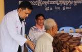 Khám bệnh, cấp thuốc và tặng quà cho người dân Campuchia