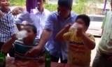 Rùng mình cảnh người lớn xúi con nít nốc bia rượu