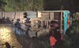 Đức Hòa: Xe đưa rước công nhân bị lật, 19 người thương vong