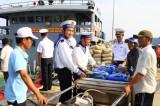 """Tàu hải quân chở nước """"giải hạn"""" cho dân đảo Bình Ba"""