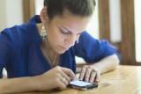 Bối rối khi phát hiện tin nhắn tình cảm đến điện thoại chồng