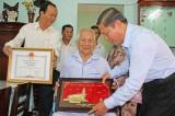 Phó Chủ tịch UBND tỉnh Long An - Lê Tấn Dũng trao bằng khen cho đồng chí Lê Văn Cao