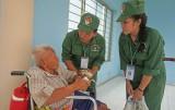 Học viên khóa học kỳ trong quân đội thăm Trung tâm bảo trợ xã hội tỉnh