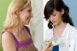 Lương 4,5 triệu/tháng chồng nộp 3 triệu cho mẹ, em có nên ly hôn?